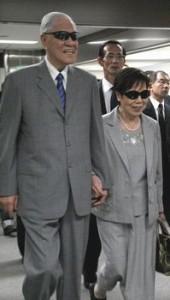 成田空港に到着された李ご夫妻。仲良く手をつないで