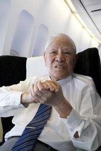 機上で本会事務局のインタビューに答える李登輝元総統