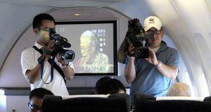 機上でインタビューに答える李元総統(右端)。放映されていたNHKニュースにはちょうどご自身の訪日のニュースが