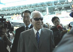 台北桃園国際空港でカメラの放列に囲まれる李元総統。この日午前7時過ぎには訪台中のダライ・ラマ氏も離台した