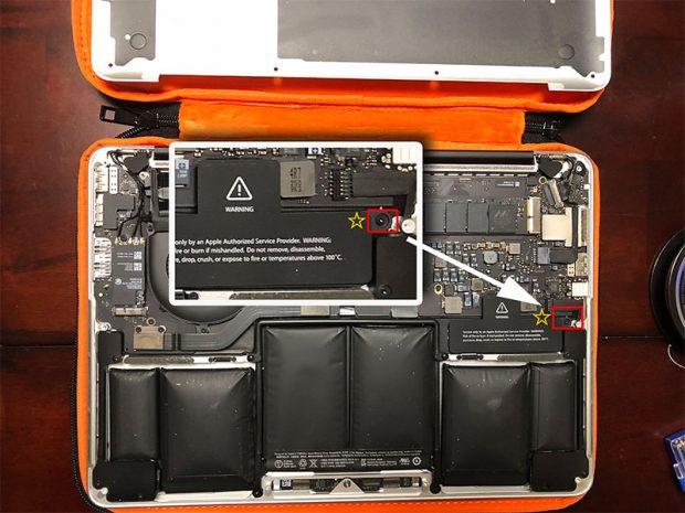内部のバッテリー本体を外すために一つだけネジを外す。